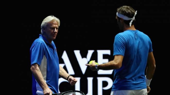 """Bjorn Borg """"entraîne"""" Roger Federer lors d'une formation  session"""