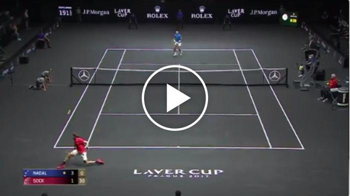 La chaussette frappe une superbe tranche en arrière tirant contre  Nadal