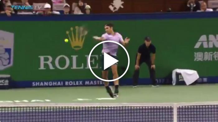 BOOM!  Federer frappe un coup droit extrêmement puissant