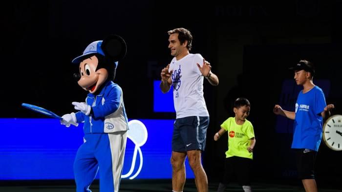 Roger Federer participe à l'événement Disney, danse sur le terrain!