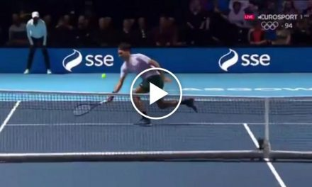 Roger Federer frappe incroyable volley contre Andy  Murray