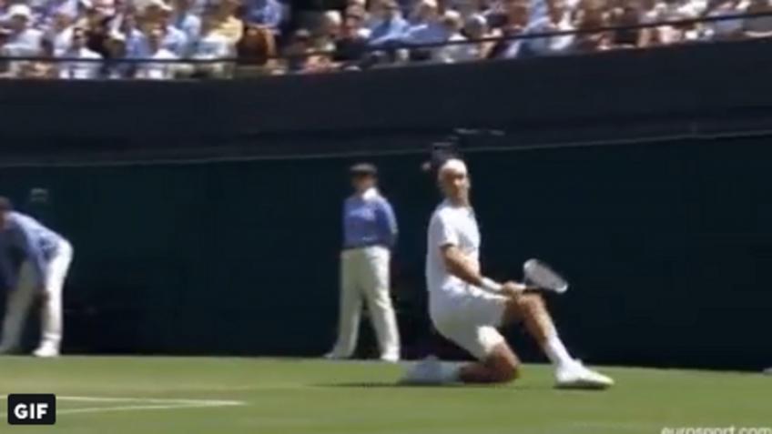 Roger Federer tombe, gagne toujours le point!