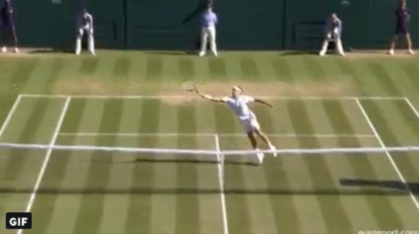 Roger Federer montre des réflexes incroyables, gagne le point