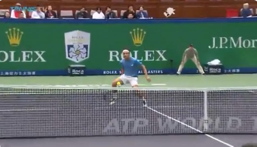 Marco Cecchinato frappe le double tweener contre Novak Djokovic