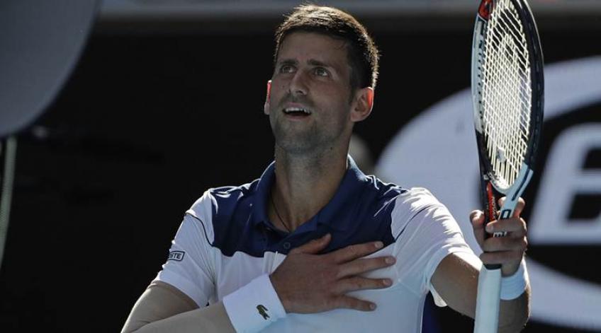 Novak Djokovic réfléchit sur sa victoire en fin d'année n ° 1 trophée