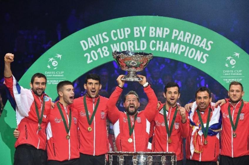 Novak Djokovic félicite la Croatie pour sa victoire à Davis tasse