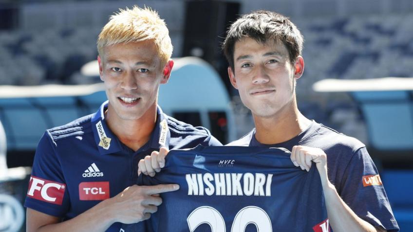 Kei Nishikori joue le double avec la star japonaise du football Keisuke Honda